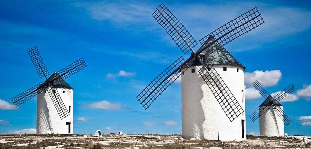 Los molinos de Don Quijote en Consuegra, lugar muy visitado por estudiantes de los máster MBA en España.