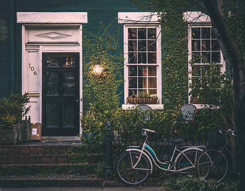 Una casa verde. Alquilar una casa es una forma de crear valor mediante alquiler.