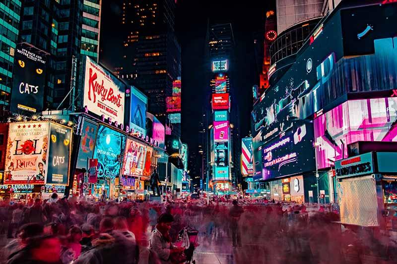 Los anuncios de una calle comercial son un buen ejemplo de la creación de valor por el método de concentración de audiencia.
