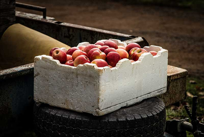 Una caja de manzanas. Los negocios de distribución, ejemplo de creación de valor mediante reventa.
