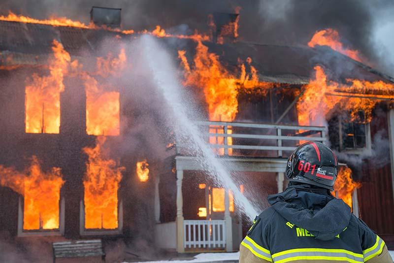 Foto de una casa ardiendo. Los seguros de hogar son un buen ejemplo de creación de valor mediante seguros.