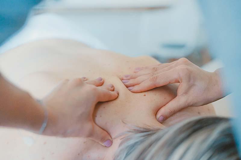 Los masajes de un fisioterapeuta son un ejemplo de un servicio.
