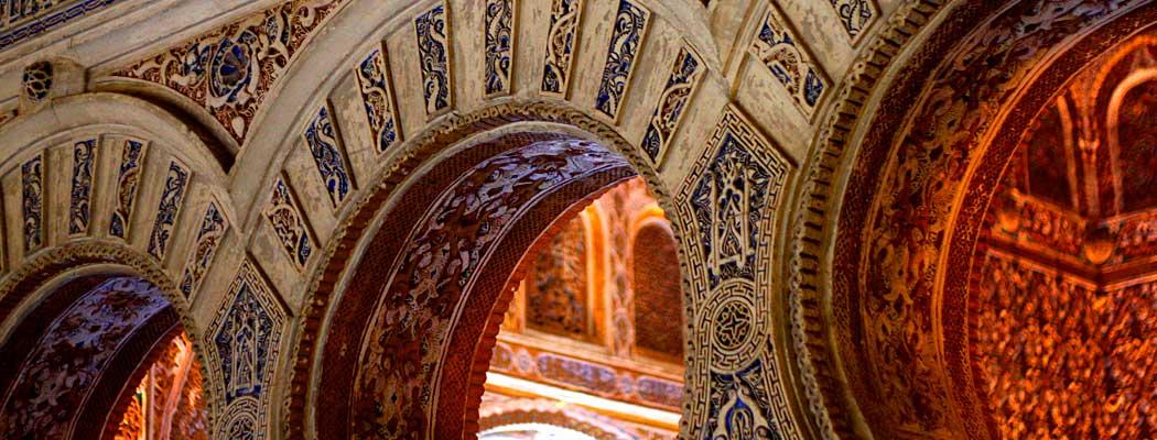 Arcos árabes del Alcázar de Sevilla, una buena ciudad para estudiar un máster MBA posgrado.