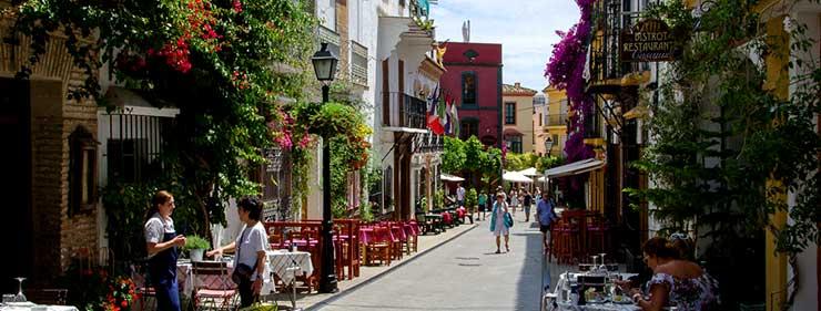 Calle turística de Marbella en la que los estudiantes del MBA en Les Roches lo gozarán.