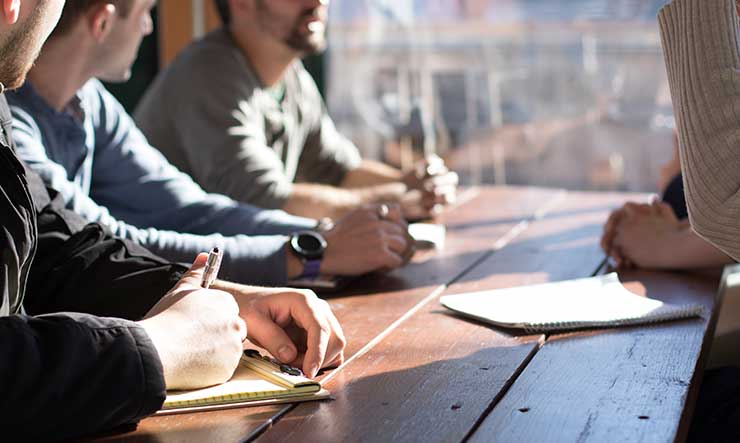 Reunión de varios estudiantes Executive MBA a distancia hablando de negocios.