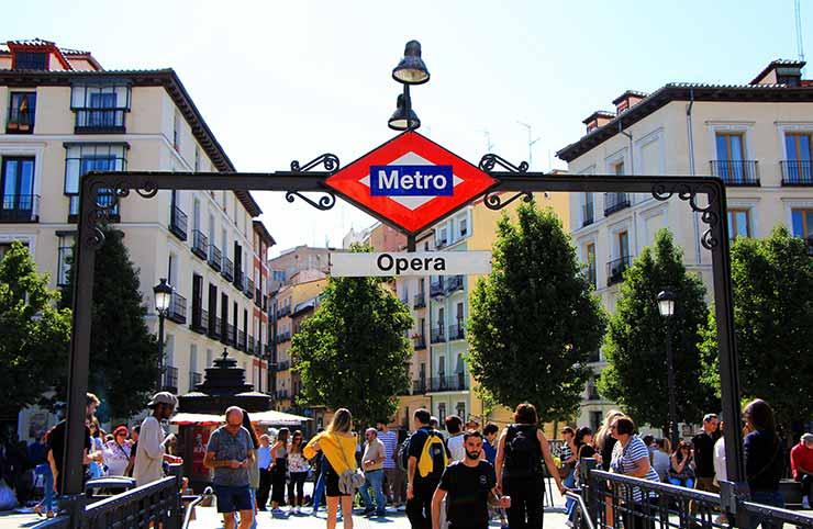 Metro de Ópera, en la plaza de Ópera, un lugar para pasear después de salir de clase de las escuelas de negocios de Madrid.
