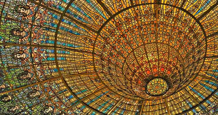 Vidriera del Palau de la Música, en Barcelona, una ciudad con un gran número de escuelas de negocios.