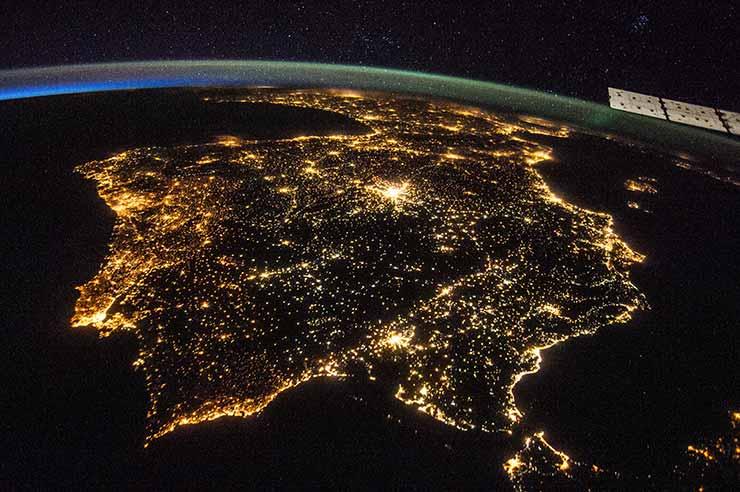 España de noche vista desde el espacio. Se apreciar las luces, que simbolizar internet, a través de la cual podrías estudiar un MBA en cualquiera de las escuelas de negocios online del país.