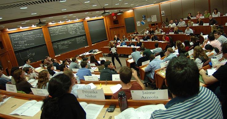 Harvard Business Schools, de las escuelas de negocios, la primera en ofrecer un máster MBA.