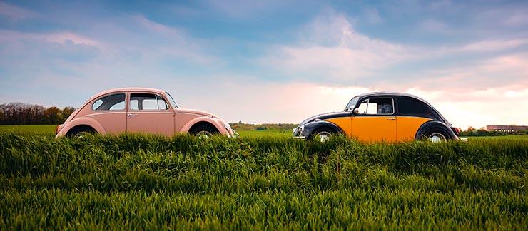 """Dos Volkswagen """"Escarabajo"""" enfrentados. Parece que son iguales pero no. Lo mismo que un EMBA vs MBA."""