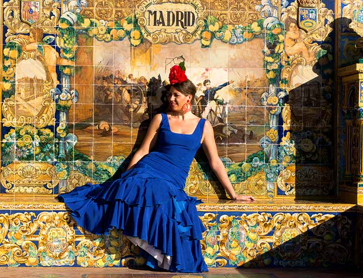 Mujer posando delante de un mural de azulejos de Madrid, algo que podrán hacer los estudiantes del mejor Executive MBA de Madrid.