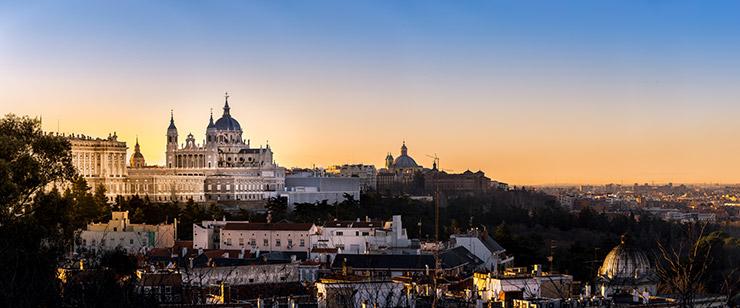 Panorámica del Palacio Real y la Catedral de la Almudena de Madrid, una ciudad con gran número de Executive MBA en Madrid.