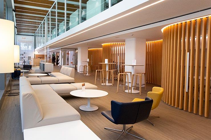 EADA Business School campus MBA: interior del campus de Barcelona en el que se ve un espacio cálido y cómodo con sillones, mesas y butacas.