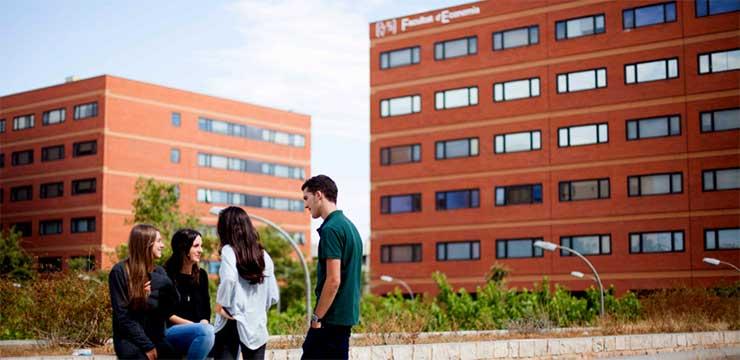 Estudiantes frente al edificio de la Facultad de Economía de la Universidad de Valencia, donde se imparte el Máster Universitario en Dirección de Empresas (MBA)