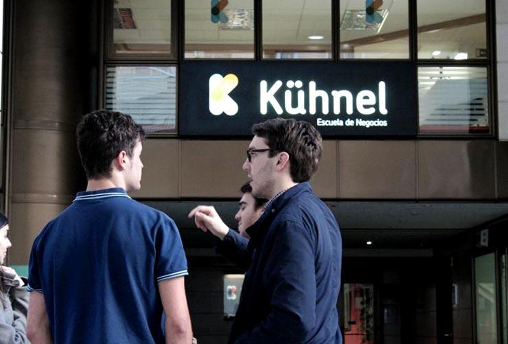 Fachada de escuela de negocios Kuhnel, donde se puede estudiar un MBA
