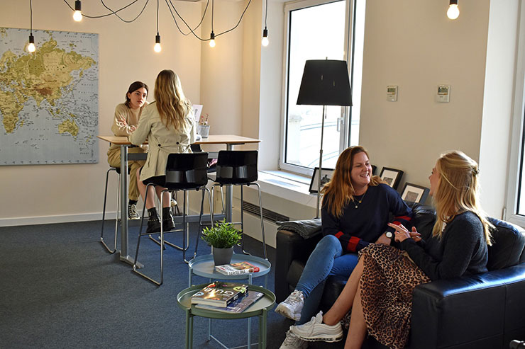 UIBS Barcelona, acogedora sala de estar en la que charlan estudiantes del MBA.